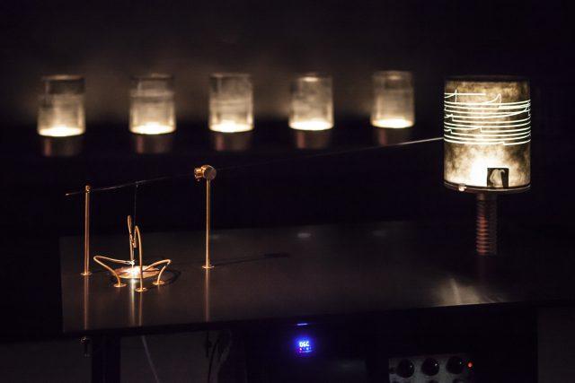 Špela Petrič . Miserable Machines : Soot-o-mat Credits: Ars Electronica Proyecto que explora el bio-diseño, que llama a la integración con sistemas vivos en términos tecnológicos, ecológicos y de imperativo moral