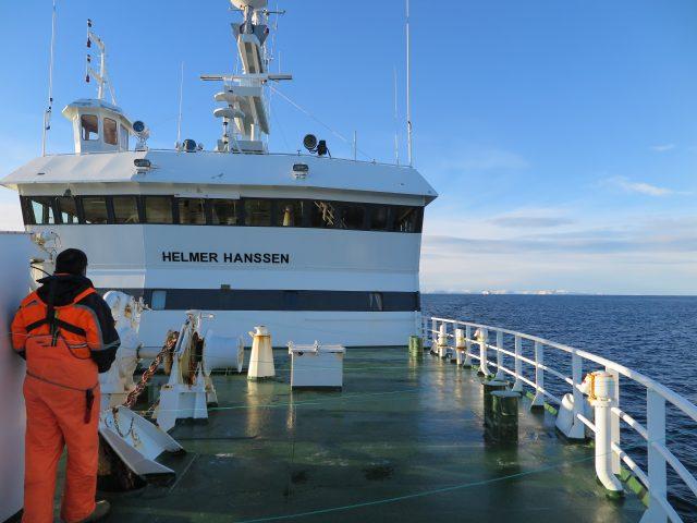 Foto 1. Proa del Helmer Hanssen con la popa del que escribe en primer plano. Al fondo, Montañas Noruegas.