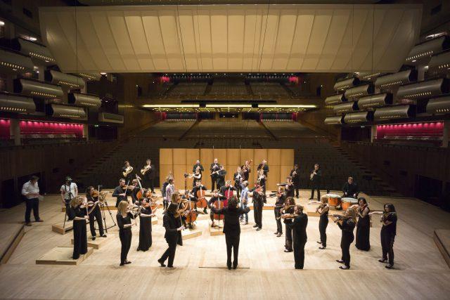 Miembros de la Aurora Orchestra en el escenario de la Royal Festival Hall (Londres). Foto: Nick Rutter